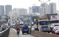 Cầu Phú Mỹ kẹt nhiều giờ do xe tải hỏng và xe container va quẹt taxi