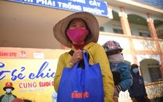 Trao quà 'Tết sẻ chia' trong vùng dịch Gia Lai đảm bảo giãn cách phòng dịch