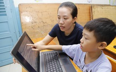 Trẻ tiểu học học trực tuyến, cha mẹ 'chạy theo' hoa cả mắt