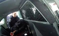 Cảnh sát Mỹ gây phẫn nộ vì còng tay, xịt hơi cay bé gái 9 tuổi