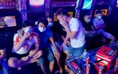 Kiểm tra quán karaoke rạng sáng, phòng chủ đầy dao, phòng khách đầy ma túy