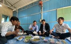 Chủ tịch Quảng Nam ăn trưa cùng người dân vùng sạt lở ngày đầu xuân