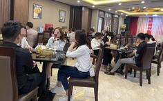 Bất chấp lệnh cấm, karaoke, cà phê, trà đá ở Hà Nội vẫn 'đông như hội'