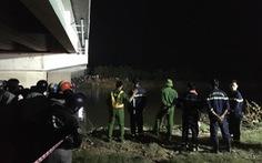 Ôtô va chạm 2 xe máy điện, 2 học sinh văng xuống sông, 1 em tử vong