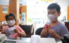 Cuối tuần trẻ em 8 tuổi và cụ già 92 tuổi đi đóng góp mua vắc xin COVID-19