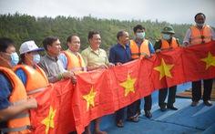 Phát thuốc, trao cờ Tổ quốc cho ngư dân Bình Định