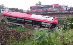 Xe khách lao xuống kênh Bà Đắc, nhiều hành khách may mắn thoát chết