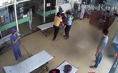 Bị nhắc đeo khẩu trang, bệnh nhân đánh bác sĩ bầm tím vùng mặt