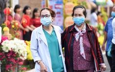 Dạo đường hoa xuân bệnh viện để vơi bớt nỗi buồn bệnh tật