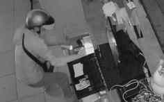 Video: Kẻ trộm vào tiệm trà sữa, soi đèn pin bình tĩnh trộm tiền
