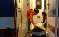 Nữ hành khách chuyển dạ, tổ tàu đưa đi bệnh viện mẹ tròn con vuông