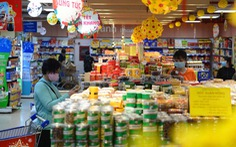 Người dân bắt đầu mua thực phẩm Tết