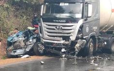 Xe biển xanh bẹp đầu sau va chạm với xe đầu kéo, 1 người tử vong, 4 người nhập viện