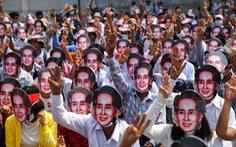 Bà Suu Kyi xuất hiện tại tòa, trông khỏe mạnh dù 'có vẻ giảm cân một chút'