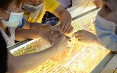 Giá vàng vượt thế giới hơn 7,5 triệu đồng/lượng, giá USD tự do lên gần 24.000 đồng/USD