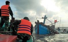Cứu hộ tàu cá bị chìm trên đường vào bờ