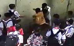 Học sinh lớp 8 bị đánh hội đồng ngay trước cổng trường, phải nhập viện cấp cứu