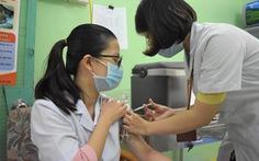 Khánh Hòa tiêm vắc xin COVID-19 cho nhân viên tuyến đầu chống dịch
