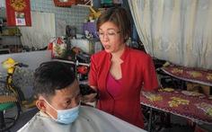 Vượt nghịch cảnh mất tay, cô thợ cắt tóc Việt Nam lên báo Tây