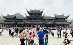 5 vạn người đổ về chùa Tam Chúc, tỉnh Hà Nam phải tìm giải pháp