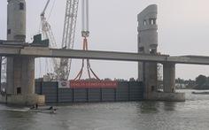 Lắp cửa van thép 200 tấn đầu tiên cho cống thủy lợi 'khủng' nhất miền Tây