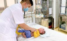 Bé 5 tháng tuổi phải cấp cứu vì gia đình lấy nhầm cồn 90 độ rửa mũi