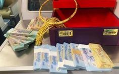 Khách đi máy bay từ TP.HCM về Vinh quên vali có 12 cọc tiền, nhiều vòng vàng