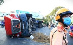Thoát chết gang tấc khi nguyên xe container lật ngang ở ngã bảy Lý Thái Tổ