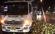 Xe khách va chạm với xe tải chở dừa, nhiều người bị thương trên quốc lộ 1