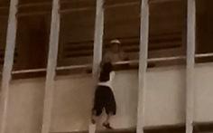 Bác bảo vệ cứu nữ sinh lơ lửng lan can tầng 3 Trường Minh Đức