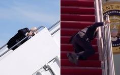 Ông Biden vấp té 3 lần khi lên Air Force One do gió lớn?