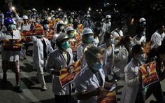 Bác sĩ, y tá ở Myanmar xuống đường biểu tình