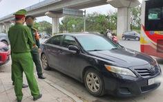 Quân nhân say xỉn đỗ ôtô giữa đường để ngủ, bị nhắc nhở còn xô xát với cảnh sát