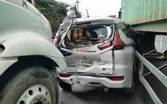 2 xe container 'kẹp cổ' xe 7 chỗ ở quận Bình Tân, tài xế xe 7 chỗ may mắn thoát nạn