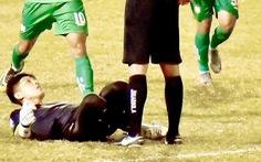 Màn ăn mừng khiêu khích trọng tài của thủ môn Thanh Vũ: Trọng tài quá non tay