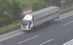 Xe tải 'vô tư' đi lùi trên cao tốc Hà Nội - Hải Phòng