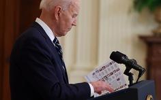 Truyền thông Mỹ đăng ảnh ông Biden cầm giấy ghi chú trong họp báo