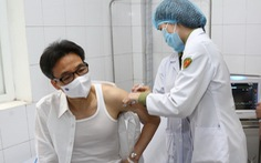 Phó thủ tướng Vũ Đức Đam tiêm thử nghiệm vắc xin Nano Covax