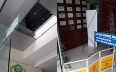 Đang làm việc, hai người rơi từ tầng 2 văn phòng xuống sảnh chung cư