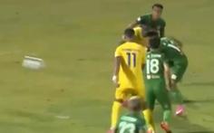 Phá bóng 'kỳ cục', cầu thủ Sài Gòn có pha phản lưới ngớ ngẩn