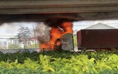 Xe container bốc cháy dữ dội dưới cầu Phú Mỹ