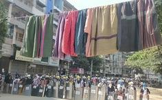 Người biểu tình Myanmar treo váy, đồ lót phụ nữ để cản trở cảnh sát