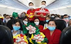 Mừng 8-3, phi hành đoàn Vietjet tặng khách hàng bất ngờ thú vị trên tàu bay