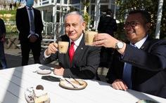 Thủ tướng Israel ngồi vỉa hè ăn bánh, chứng minh sắp vượt qua COVID-19