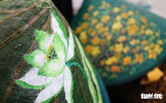 Nón lá, túi xách, ví từ lá sen, cỏ bàng được tô điểm thành sản phẩm 'ăn tiền'