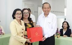 Phó thủ tướng Trương Hòa Bình tặng quà cho trẻ khuyết tật Quảng Ngãi