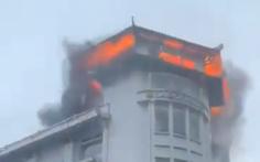 Một nhà hàng của khách sạn cháy lớn trong lúc mưa