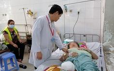 Đắp lá sim lên vết thương, một phụ nữ bị cắt cụt chân