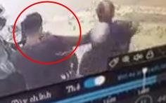 Video: Nam thanh niên đứng trên vỉa hè bị giật dây chuyền trong tích tắc