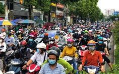Mưa nhẹ sáng, xe ùn ứ nhích từng chút một trên khắp các đường Sài Gòn